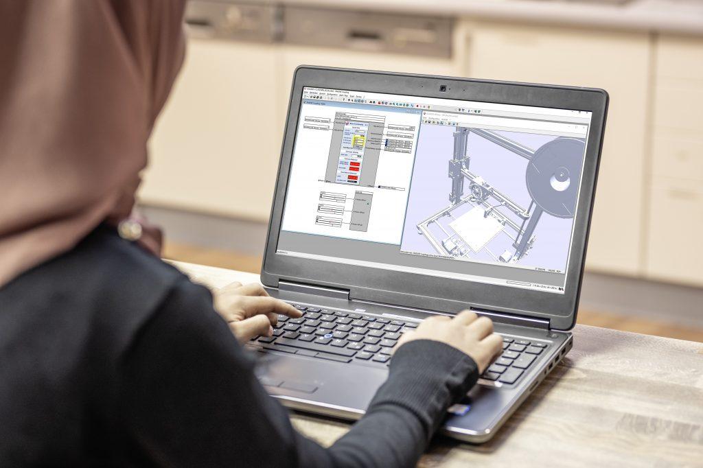 Die Studierenden entwickeln in der virtuellen Laborumgebung einen digitalen Zwilling für einen 3D-Drucker.