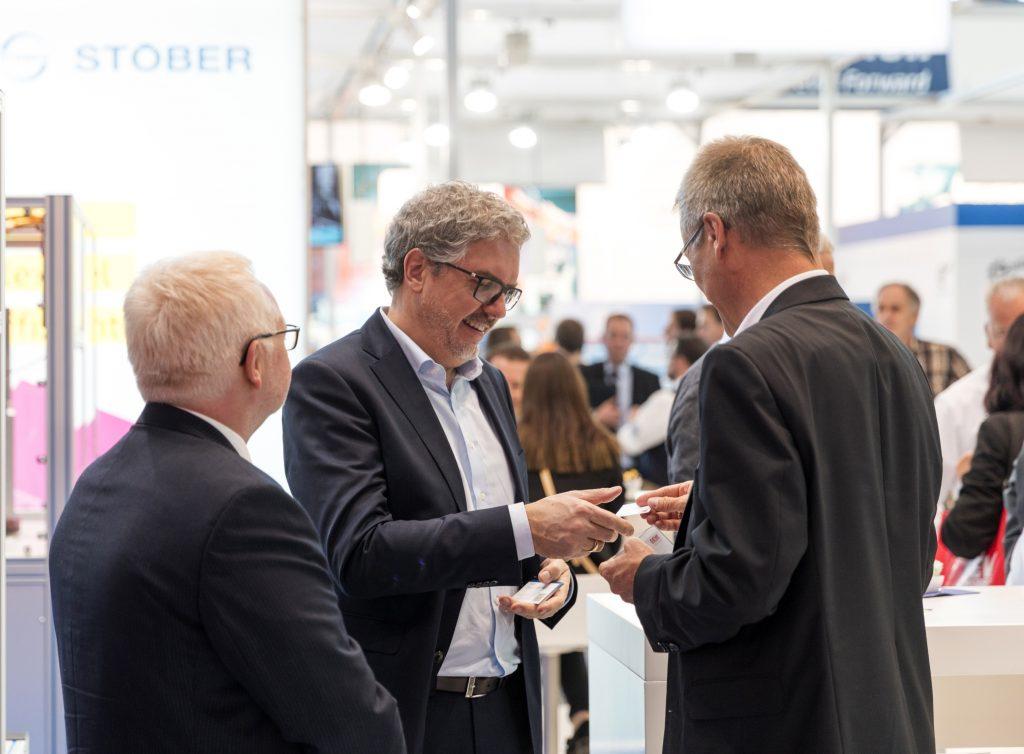 Auf der SPS IPC Drives in Nürnberg: Geschäftsführer Patrick Stöber im Gespräch mit einem interessierten Besucher.