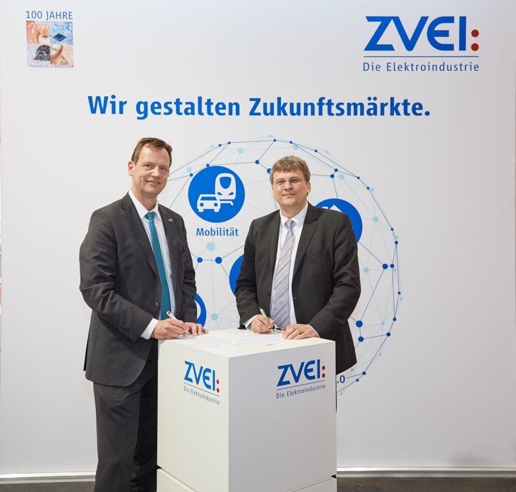Gunther Koschnik (l.) vom ZVEI und Stefan Hoppe (r.) von der OPC Foundation