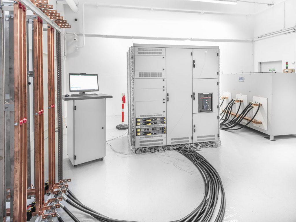 Sedotec hat einen eigenen Erwärmungsprüfstand für die Prüfung der modularen Kit-Systeme seiner Vamocon-Niederspannungs-Schaltanlagen in Betrieb genommen.