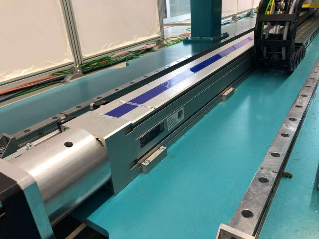Zwei Vorschubsysteme ermöglichen in der Prozesseinheit der neuen Montagelinie die hochgenaue Führung der knapp 900kg schweren Nietaggregate.