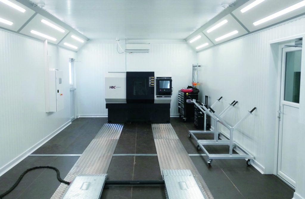 Das Innere der Kabine bietet perfekte Bedingungen für die schnelle und unkomplizierte Reparatur von kleineren Lackschäden. Das richtige Licht sowie Smart-Repair-Werkzeuge sind entscheidend für die Qualität der Lackierergebnisse.