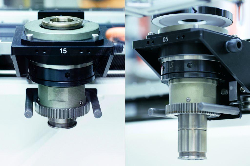 Werkstückträger mit Aufnahmedorn nehmen den zu prüfenden Diffusor in Hut- oder Becher-Orientierung auf.