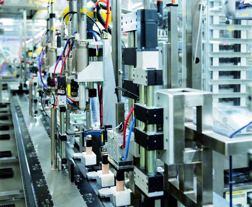 Das kompakt bauende XTS mit 22m umlaufender Streckenlänge und 40 Movern reduziert den Anlagenfootprint um 30 Prozent und spart wertvolle Produktionsfläche.
