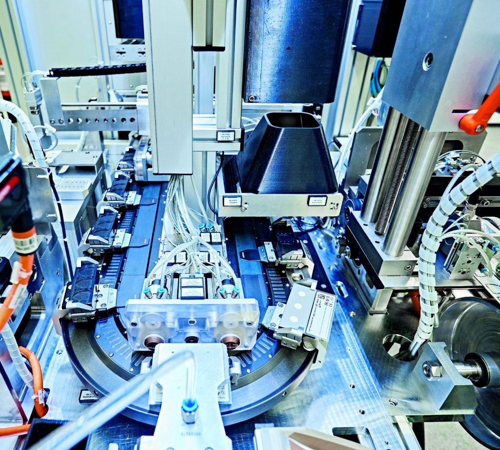 Ein XTS mit zehn Movern und 3m umlaufender Streckenlänge dient als zentrales Element der Produktionsmaschine für die Plasma Separation Card.