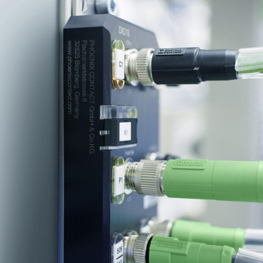 Aufgrund der Speedcon-Verriegelung lassen sich die Sensoren und Aktoren schnell anschließen, eine halbe Umdrehung des Steckverbinders genügt.