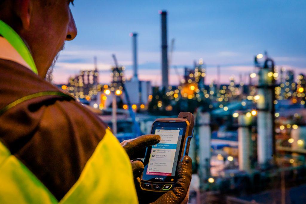Das ex-geschützte Smartphone Smart-Ex 01 ermöglicht einen Live-Zugriff und kompakten Überblick über Daten und Informationen.