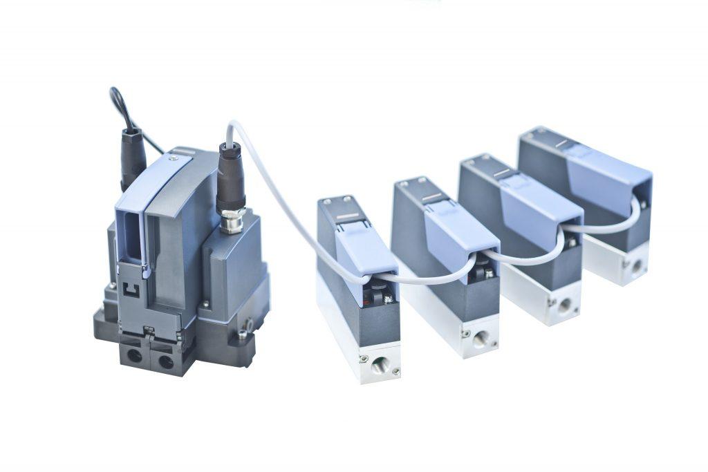 Einer der Schränke ist mit einer zentralen Steuereinheit ausgestattet, die die Kommunikation mit allen in den Schränken integrierten Massendurchflussreglern Typ 8746 übernimmt.