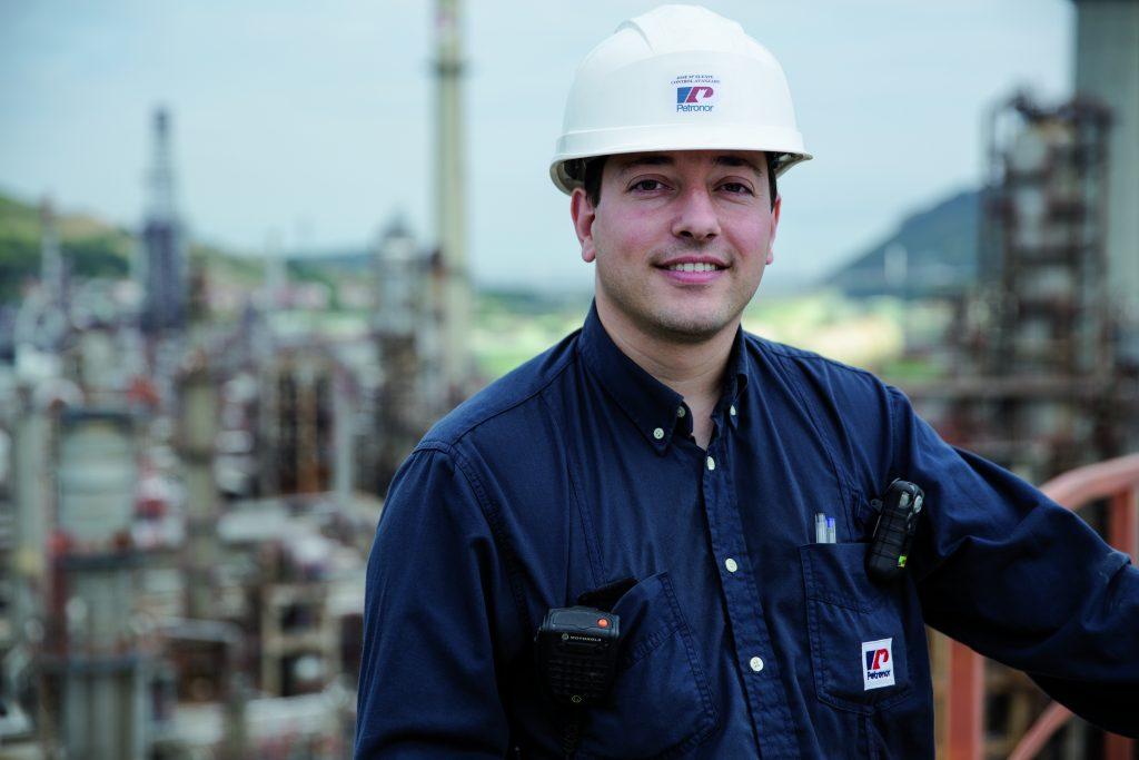 Bild 2: Projektmanager José María Elexpe Rovira zeigt die Gesamtausdehnung der Raffinerie