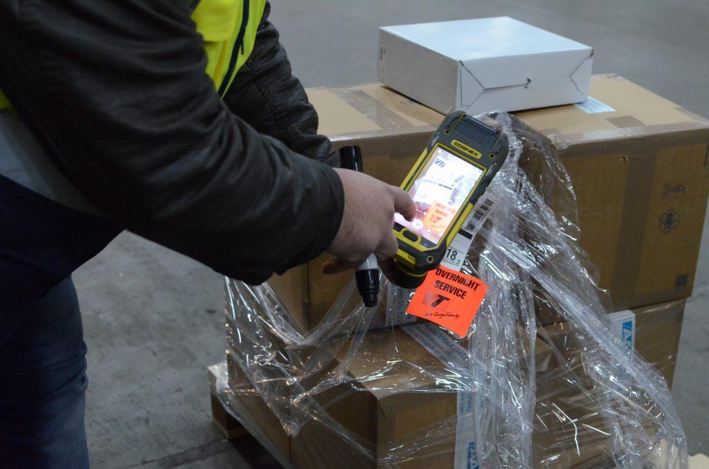 Im Schadensfall wird mit den mobilen Datenterminals MX-1502 sofort ein Foto gemacht und das betroffene Packstück direkt im VLMS lokalisiert.