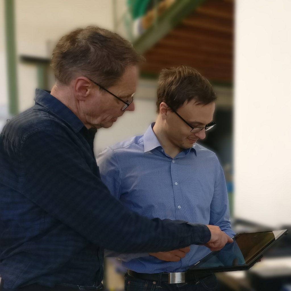 Geschäftsführer Berthold Weber (vorne) hat festgestellt, dass die PLCnext Technology dazu beiträgt, dass die Trailer wirtschaftlicher hergestellt und eingesetzt werden können.