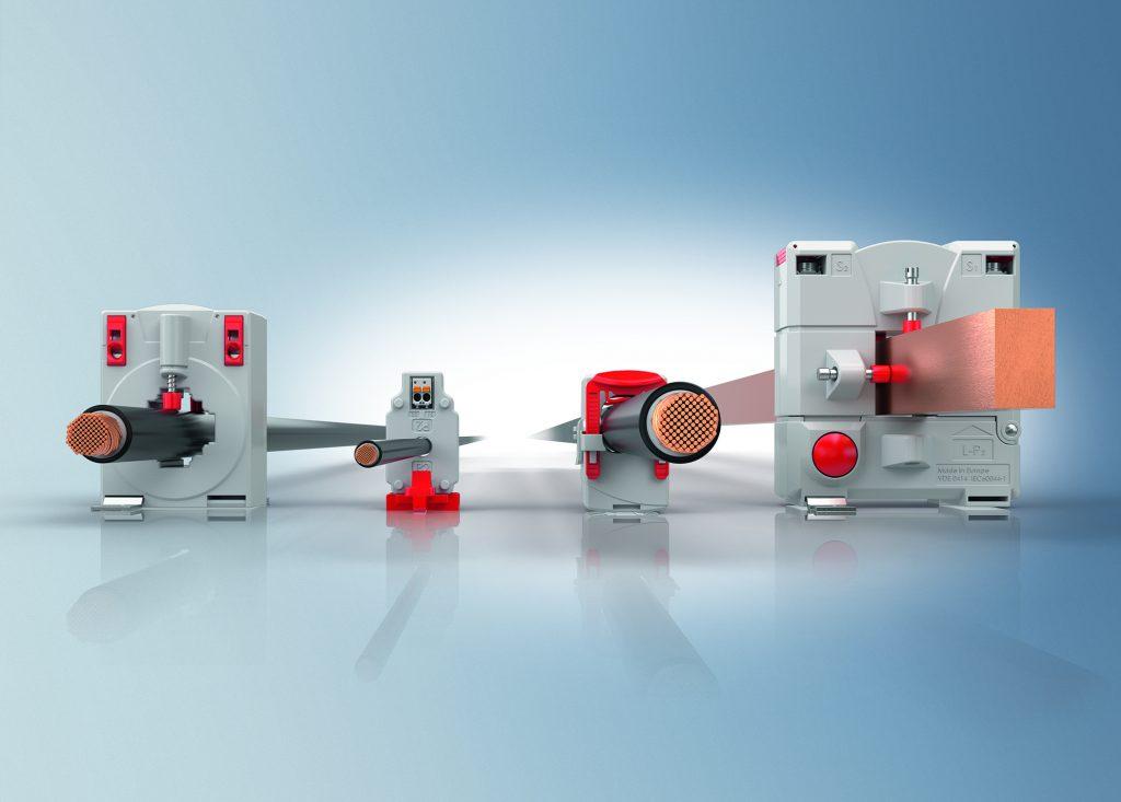 Die für 1 bis 5.000A geeigneten SCT-Stromwandler stehen als Durchsteck- (beide links) und Klapp-Varianten (beide rechts) zur Verfügung.