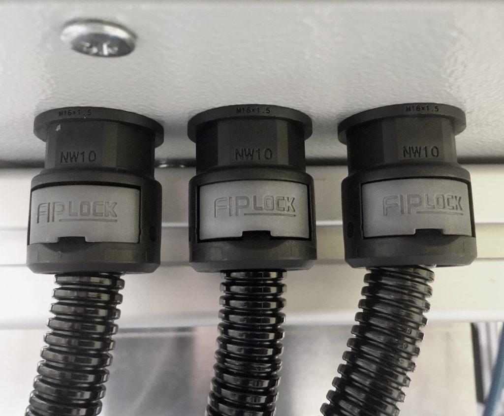 Das Fitting Fiplock One lässt sich einfach mit Fiplock-Wellrohren verbinden.