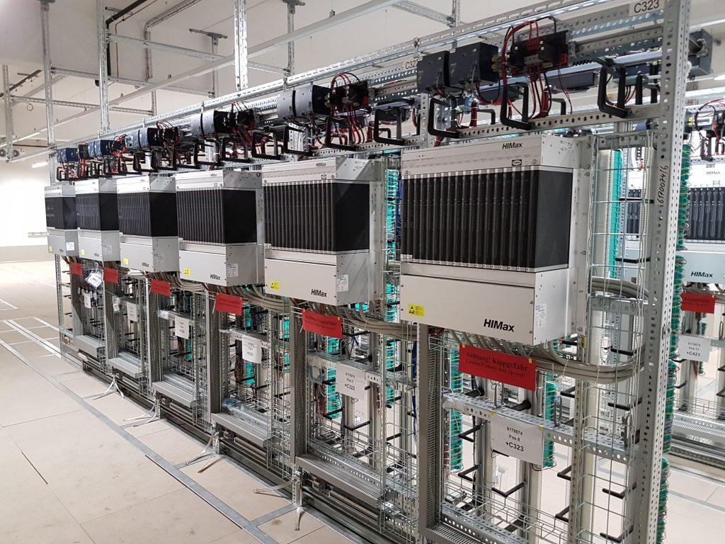 Hima lieferte insgesamt 61 BASF-Schaltraumgestelle auf Basis von insgesamt sechs Himax-Systemen. Um das Auslesen der Feldgeräte zu ermöglichen, wurden auch 103 X-HART Module in die Steuerungen integriert.
