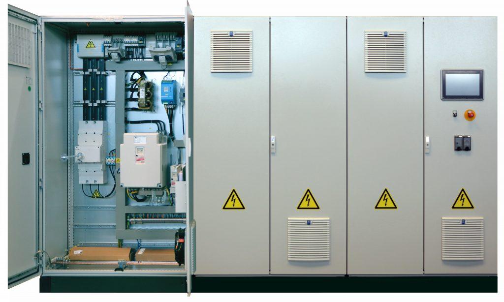 Einer der typischen von Vecoplan entwickelten Schaltschränke mit mehreren Feldern kurz bevor er zusammen mit einer  Maschinen oder Anlagen das Haus verlässt.