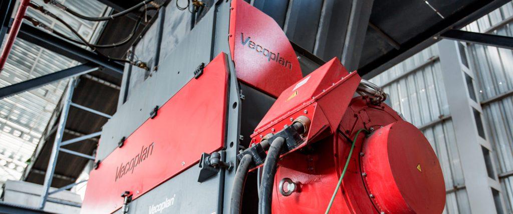 Die Vecoplan AG entwickelt, produziert und vertreibt Maschinen und Anlagen für die Zerkleinerung, Förderung und Aufbereitung von Primär- und Sekundärrohstoffen in der Holz- und Recycling-Industrie.