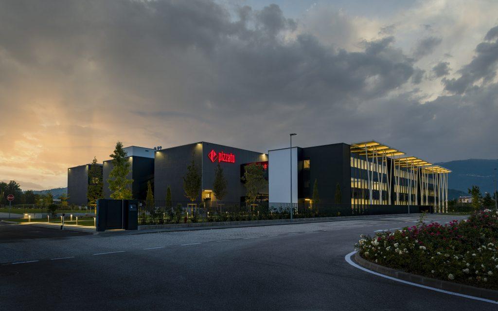 Seit letztem Jahr steht Pizzato ein zusätzlicher mehrgeschossiger Doppel-Komplex mit 25.000m² Nutzfläche und modernem Equipment für die Prozesse nach den Konzepten von Industrie 4.0 zur Verfügung.